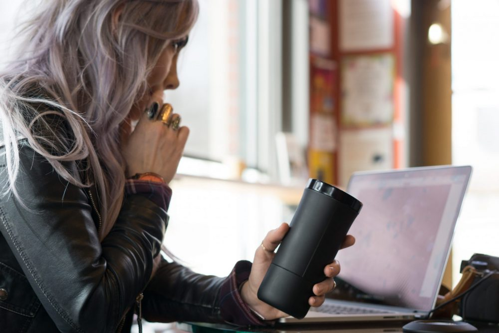 The Jül: Heated Smart Mug for Coffee & Tea / SWAGGER Magazine